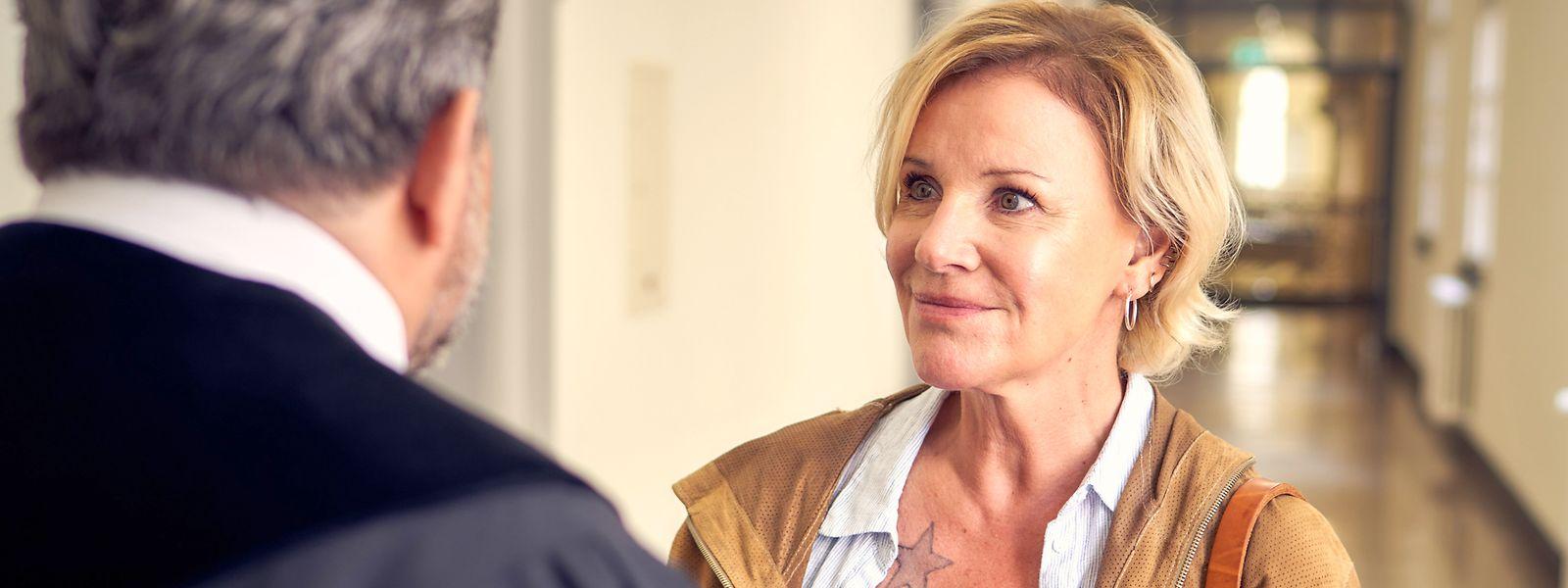 Bewährungshelferin Klara Sonntag (Mariele Millowitsch) steckt in einer Daueraffäre mit dem Richter Thomas (Bruno Canthomas).