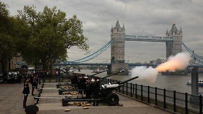 """Die """"Honourable Artillery Company"""" feuert 62 Schüsse ab, um dem Geburtstag der Queen zu gedenken."""