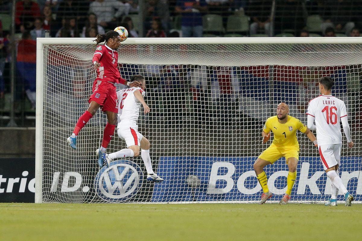 Gerson Rodrigues plus haut que les défenseurs serbes mais Dmitrovic va écarter le danger.