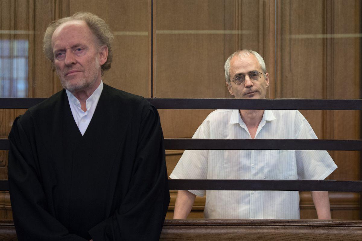 Der Angeklagte Gregor S. (r) und sein Verteidiger Eckart Wähner stehen bei der Fortsetzung des Prozesses um die tödliche Messerattacke gegen den Berliner Chefarzt Fritz von Weizsäcker.