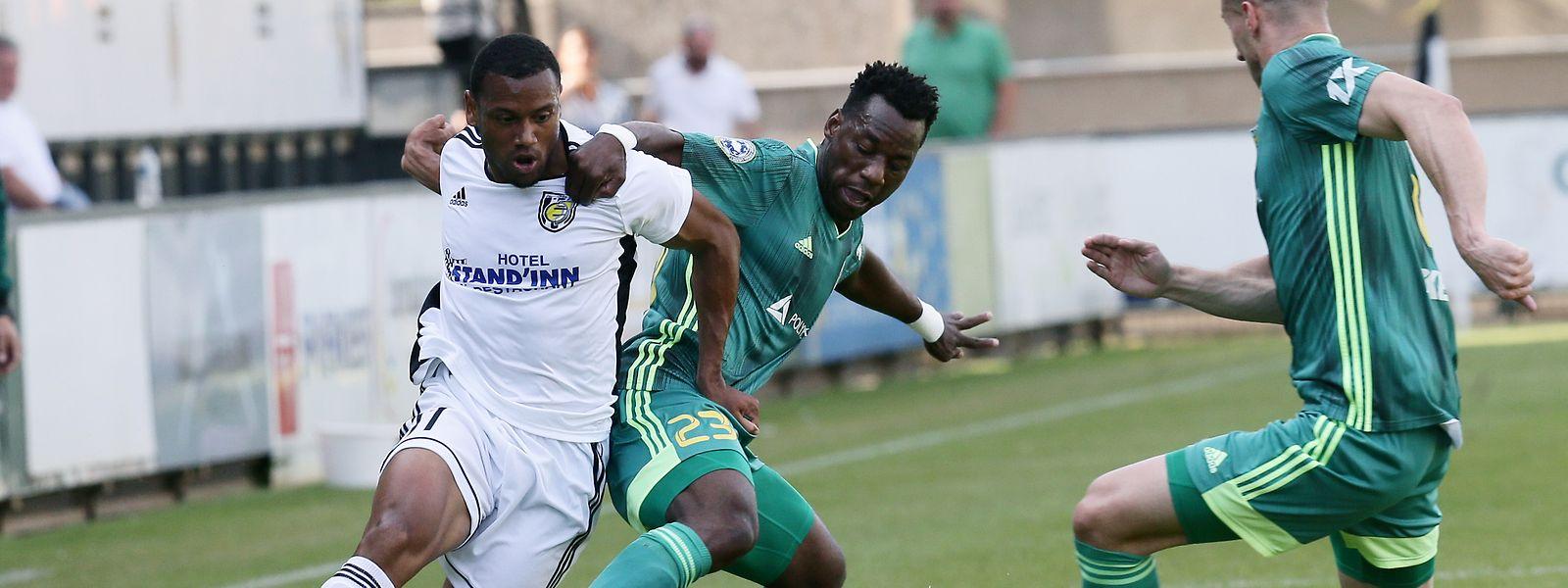 Yannick Makota (de branco) foi um perigo constante para a defesa do Tobol.