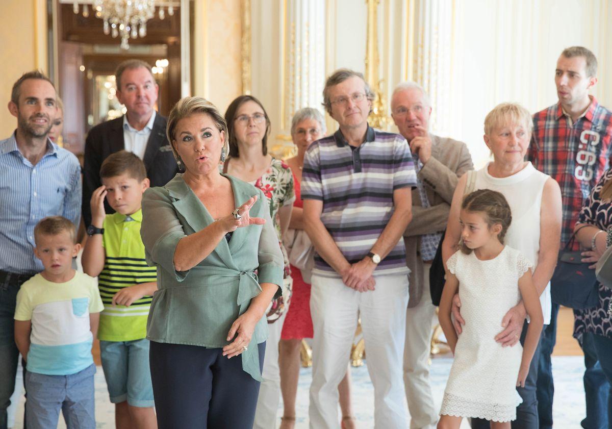 Die Großherzogin spricht mit Begeisterung über die Kunstwerke, die in jedem Raum zu finden sind.