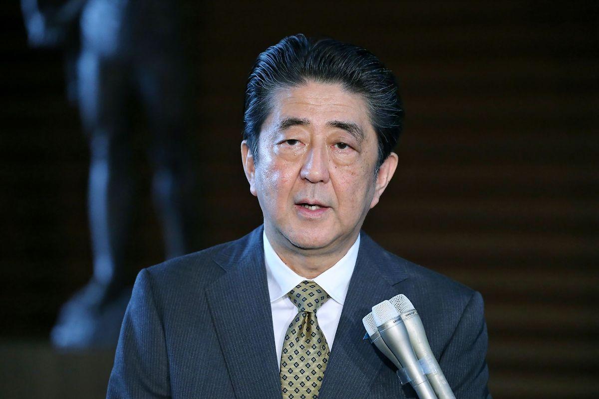 Le Premier ministre Shinzo Abe a rapidement pris la parole pour assurer de la mobilisation du gouvernement, avec «pour première priorité de sauver la vie des gens». Il a ordonné à son équipe de «réunir promptement des informations sur d'éventuels dégâts».