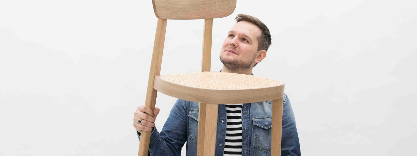 Sebastian Herkner und sein Stuhl Nr. 118, den er für Thonet entwarf.