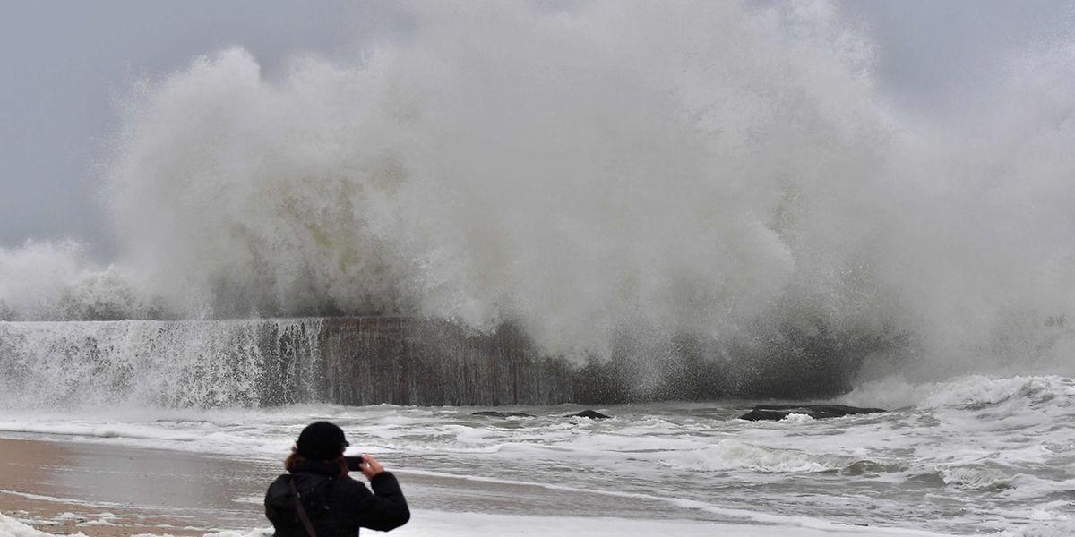Les vagues impressionnantes à Batz-sur-Mer dans l'Ouest de la France