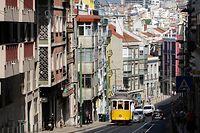 """ARCHIV - 17.09.2019, Portugal, Lissabon: Eine Straßenbahn der Linie 28 fährt einen Berg hoch durch ein Wohnviertel. (zu dpa-Korr """"Vor Urlaubsstart: Wie sich Europas Reiseziele für Touristen wappnen"""") Foto: Jan Woitas/dpa-Zentralbild/dpa +++ dpa-Bildfunk +++"""