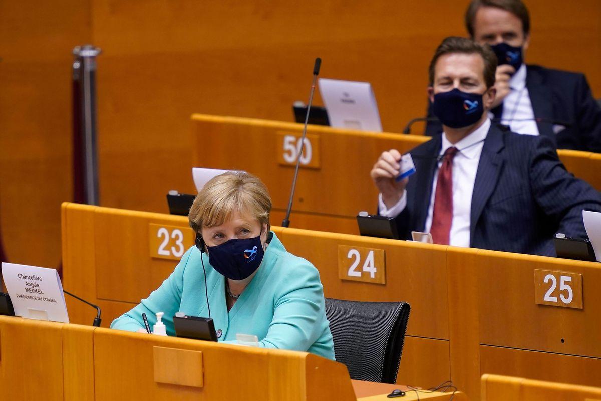 Mit Maske kam Bundeskanzlerin Angela Merkel ins Europäische Parlament.
