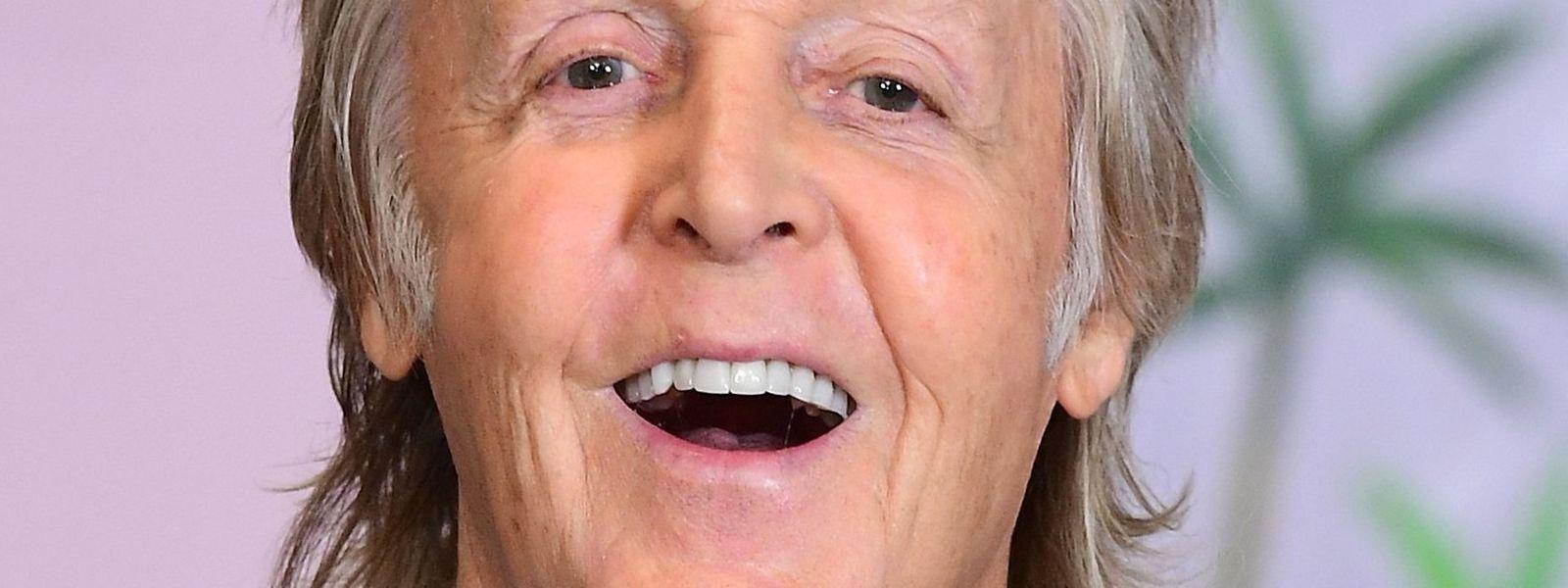 """Paul McCartney, Musiker aus Großbritannien, lacht während einer Autogrammstunde für sein neues Kinderbuch """"Hey Grandude"""" im Buchladen."""