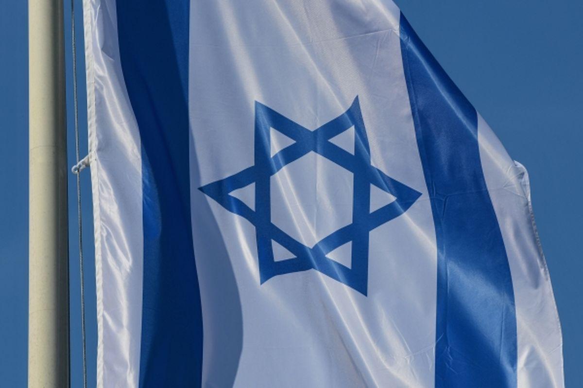 Das Design der Flagge stammt von David Wolfsohn, der es 1891 für die zionistische Bewegung schuf. Das blaue Emblem in der Mitte der Flagge ist der Davidstern (Magen David), der bereits über Jahrhunderte hinweg in jüdischen Flaggen enthalten war und historisch bereits lange vor der Gründung des Staates bestand. Die Farben Blau und Weiß sollen an den jüdischen Gebetsmantel bzw. Schal erinnern.