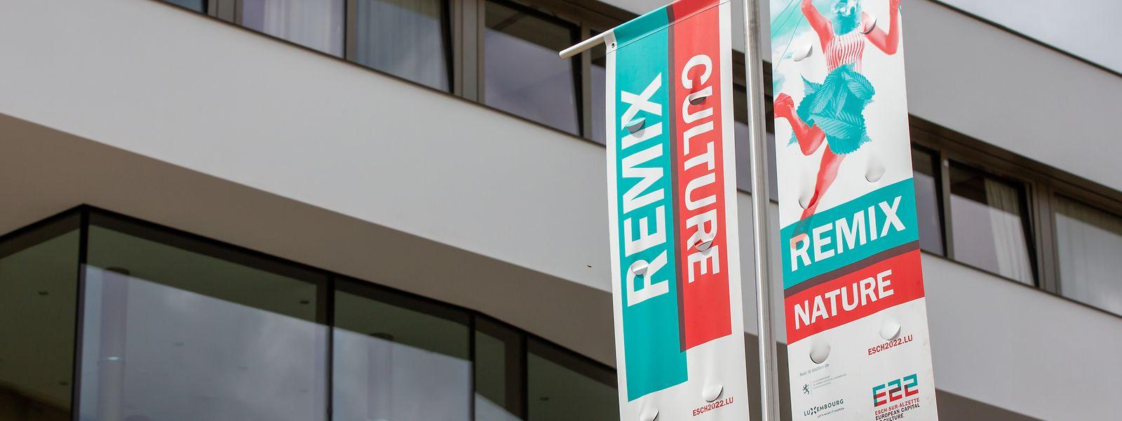 Mit Fahnen, hier beim Kulturzentrum Aalt Stadthaus, zeigt Differdingen, dass es der Stadt ernst ist, um die Europäische Kulturhauptstadt.