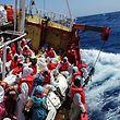 Mehr als 1 000 Menschen sind am Wochenende von seeuntauglichen Booten im Mittelmeer gerettet worden.