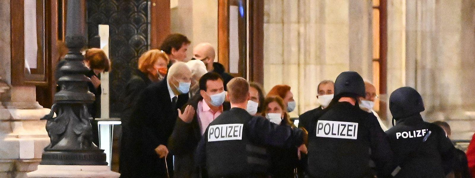 Die Polizei patrouilliert auch vor der Wiener Staatsoper.