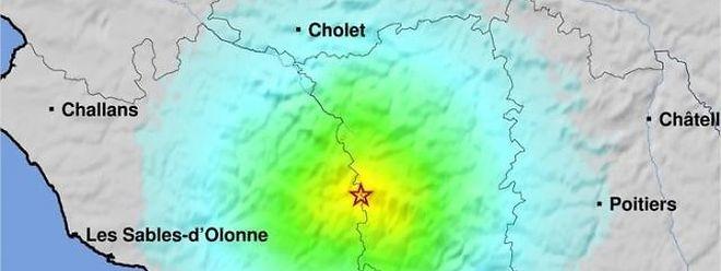 Le séisme est survenu à 4H08, à 10 km de profondeur et à une vingtaine de kilomètres au nord-est de Fontenay-le-Comte, à la limite entre la Vendée et les Deux-Sèvres.