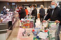 Lokales, Shopping  Center Belle Etoile, so macht Shoppen keinen Spass, Desinfektionsspender, Abstand, Sicherheitsbestimmungen, Mindestabstand, Höchstanzahl von Kunden,  der Corona-Krise, Lockerung,   Foto: Anouk Antony/Luxemburger Wort