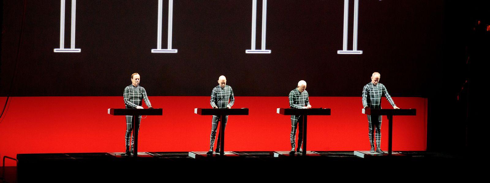 Die Kraftwerker Ralf Hütter, Henning Schmitz, Fritz Hilpert und Falk Grieffenhagen (v.l.n.r.) integrieren sich durch ihre Anzüge in das visuelle Konzept der Show.