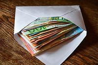 ARCHIV - 10.01.2018, Brandenburg, Sieversdorf: ILLUSTRATION - Mehrere Eurobanknoten liegen in einem Briefumschlag auf einem Tisch. (zu dpa-Berichterstattung zum Korruptionswahrnehmungsindex CPI 2018 vom 28. und 29.01.2019) Foto: Patrick Pleul/ZB/dpa +++ dpa-Bildfunk +++