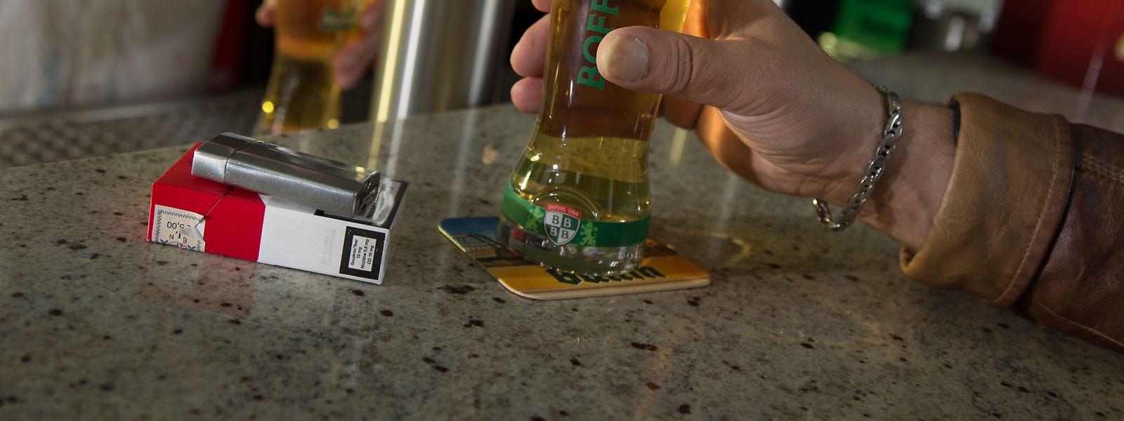 Der Griff zum Glimmstängel ist in den hiesigen Bars seit Januar 2014 untersagt, es sei denn, das Lokal verfügt über einen normgerechten Fumoir. 2018 wurden deren neun genehmigt.
