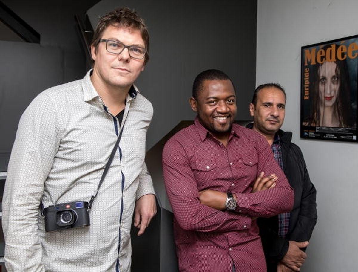 Le photographe Patrick Galbats en compagnie de Rosaire Ares Nizebeuc Fondjo et Muneer al Dulirnyde, deux des réfugiés participant au projet.