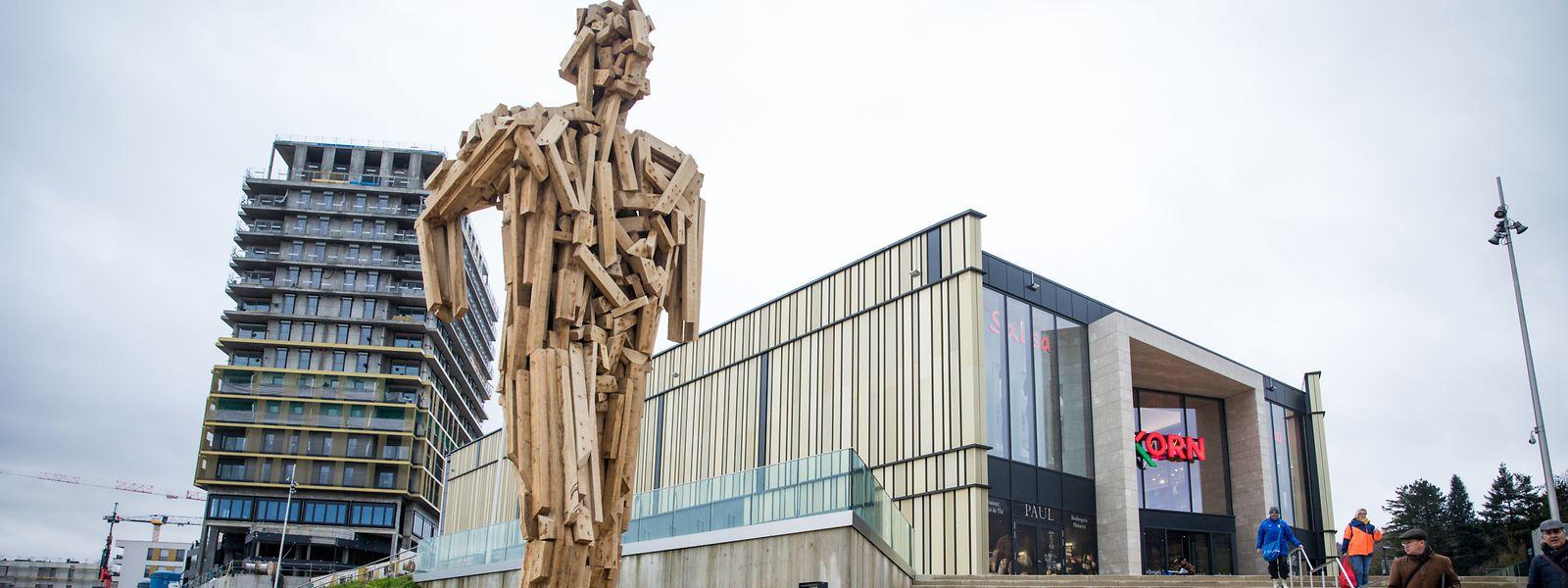 La nouvelle statue en bois est installée devant le centre commercial Opkorn à l'entrée du centre-ville de Differdange.