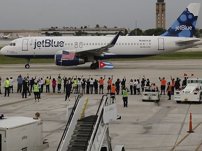 FORT LAUDERDALE, FL - AUGUST 31: Workers and officials watch as JetBlue Flight 387 prepares for take off as it becomes the first scheduled commercial flight to Cuba since 1961 on August 31, 2016 in Fort Lauderdale, Florida. JetBlue which hopes to have as many as 110 daily flights is the first U.S. airline to resume regularly scheduled airline service under new rules allowing Americans greater access to Cuba.   Joe Raedle/Getty Images/AFP == FOR NEWSPAPERS, INTERNET, TELCOS & TELEVISION USE ONLY ==