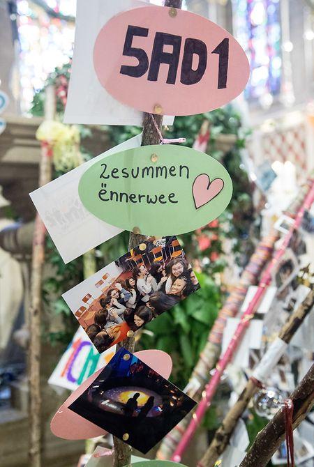 Mit Fotos und kleinen Sprichwörtern dekorierten die Sainte-Anne-Schülerinnen die mitgebrachten hölzernen Pilgerstäbe.
