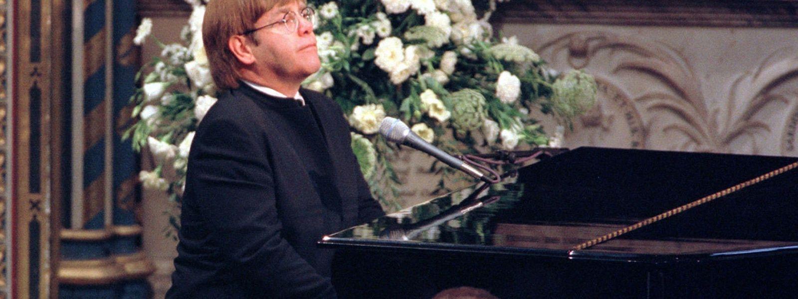"""Elton John spielt eine umgeschriebene Version von """"Candle in the Wind"""" während der Beerdigung von Diana am 6. September 1997."""