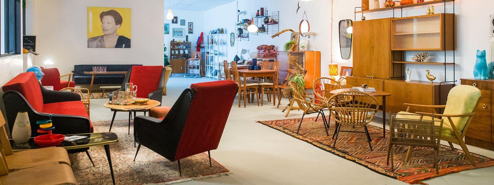 Der Möbel-Showroom von Oddhaus Vintage bietet alles, von Polstermöbeln über Schrankwände bis hin zu Kuriositäten wiedekorativen Messingdelfinen.
