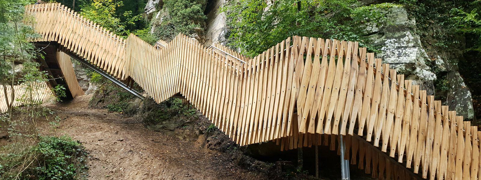 Die rund 90 Meter lange Treppe wurde mit Eichenholz aus dem Müllerthal verkleidet. Nach dem Rückbau der Zufahrtsbaustelle wird der Weg Mitte November frei gegeben.