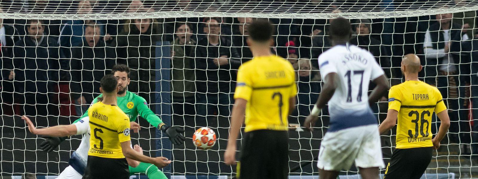 Torwart Roman Bürki (l.) und Achraf Hakimi (5) können das 2:0 durch Jan Vertonghen (verdeckt) von Tottenham nicht verhindern.