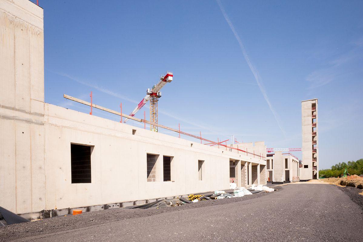 Überragt wird das Gebäude vom 30 Meter hohen Schlauchturm, der sich im hinteren Bereich befindet.