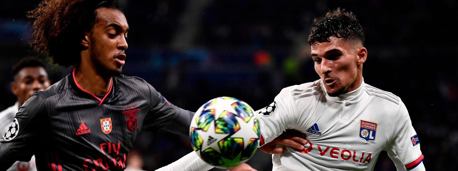 Le défenseur de Benfica Thomas Tavares (à g.) et le milieu de terrain de Lyon, Houssem Aouar sont au duel