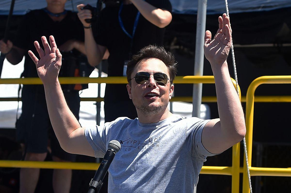 """Für Spekulation sorgten Elon Musk Tweets. Darin steht unter anderem: """"Aktionäre könnten entweder zum Preis von 420 Dollar verkaufen oder ihre Aktien behalten""""."""