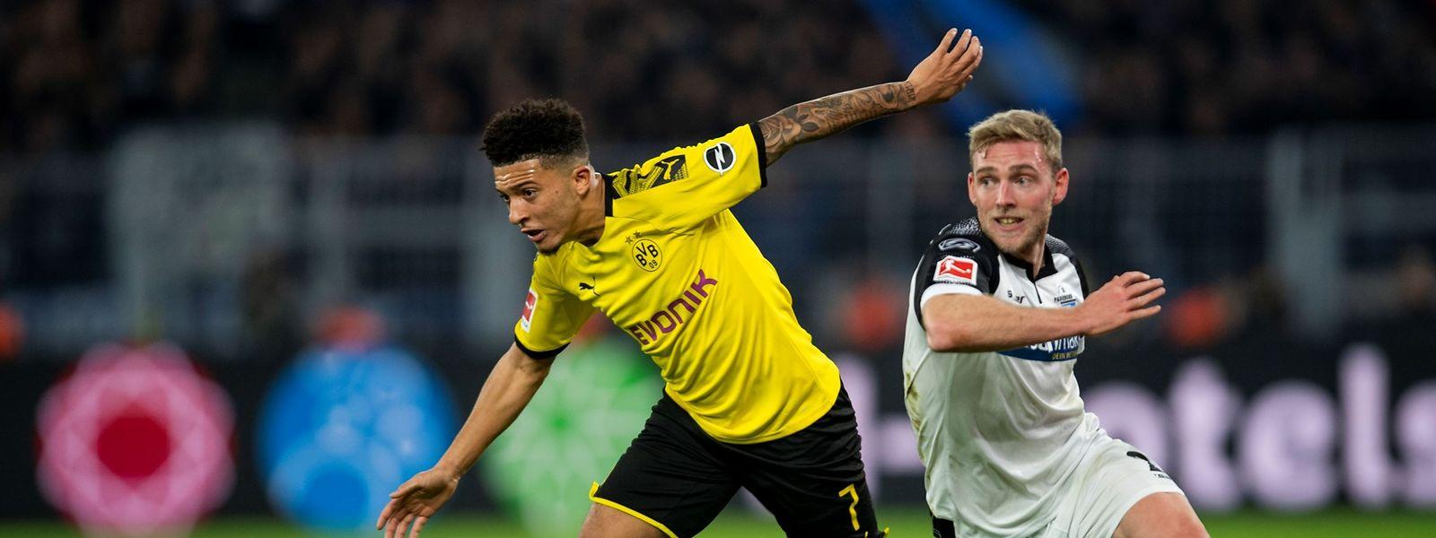 Laurent Jans (r.) im Duell mit Dortmunds Jadon Sancho.