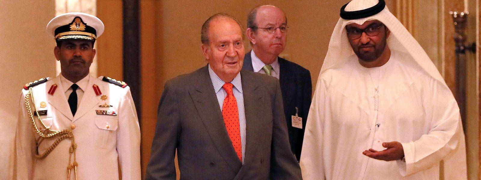 In den Emiraten im Jahr 2014: Juan Carlos und seine zwielichtigen Verbindungen zu solventen arabischen Scheichen und anderen Geschäftsmännern aus aller Welt sorgen für Unmut unter den Spaniern.