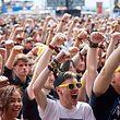 09.06.2019, Rheinland-Pfalz, Nürburg: Rockfans stehen beim Auftritt der US-amerikanischen Band Atreyu vor der Hauptbühne des Open-Air-Festivals «Rock am Ring». An drei Tagen treten rund 75 Bands auf drei Bühnen vor mehr als 80 000 Zuschauern auf. Foto: Thomas Frey/dpa +++ dpa-Bildfunk +++
