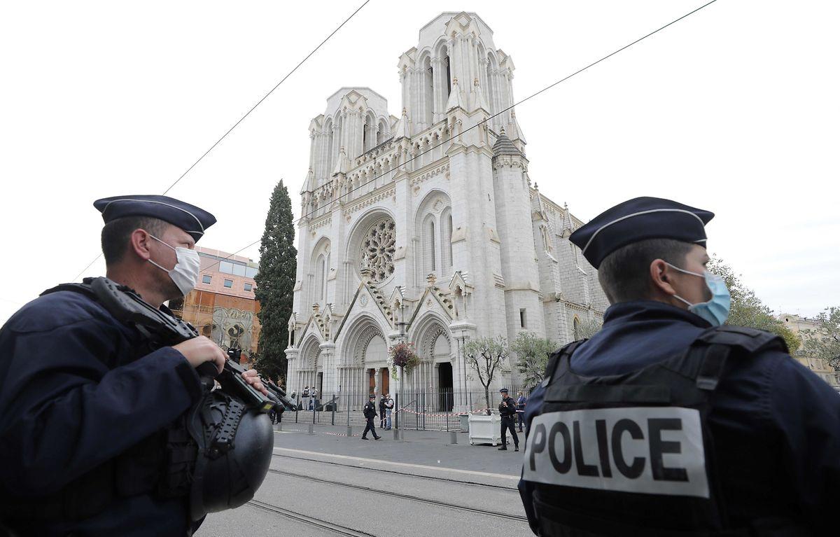 """Der Täter soll bei seiner Attacke in der katholischen Basilika Notre-Dame mehrmals """"Allahu Akbar"""" (Arabisch für: """"Gott ist groß"""") gerufen haben."""