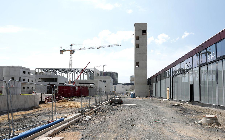 La caserne des sapeurs-pompiers, l'administration et le centre d'appel d'urgence sont construits dans la zone avant, tandis que le centre de formation se trouve dans la zone arrière (à gauche sur la photo). La tour de tuyau a une hauteur de 30 mètres.