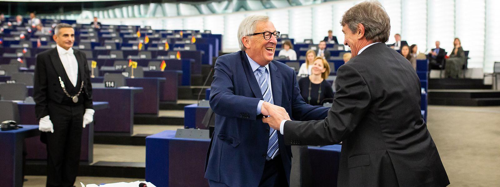 Mille grazie: Der Präsident der EU-Kommission, Jean-Claude Juncker (m.), wird am Dienstag von David Sassoli, Präsident des Europäischen Parlaments, begrüßt.