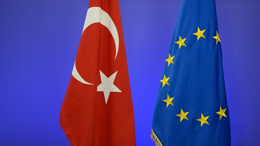 M. Erdogan a indiqué que la candidature de la Turquie à l'UE, au point mort depuis des années, serait mise «sur la table» après le référendum. Il a aussi relancé le débat sur le rétablissement de la peine capitale, une ligne rouge pour Bruxelles.