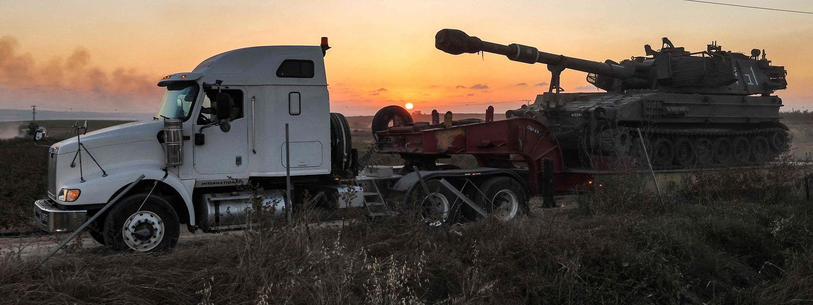 Eine israelische Haubitze wird am Donnerstag entlang der Grenze zwischen Israel und dem Gazastreifen in Stellung gebracht.