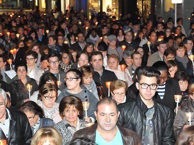 A procissão de velas contou com muitos devotos