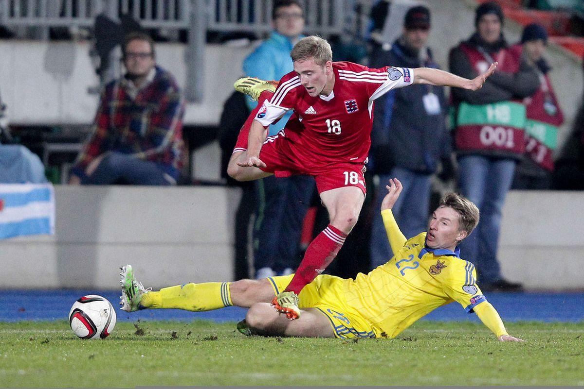Laurent Jans évite le tacle glissé de Serhiy Sydorchuk
