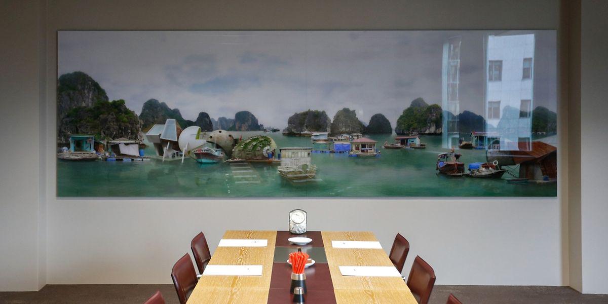 Une oeuvre de Gonzalez Dionisio, Luxembourg accrochée au mur d'une salle de réunion du cabinet Arendt & Medernach