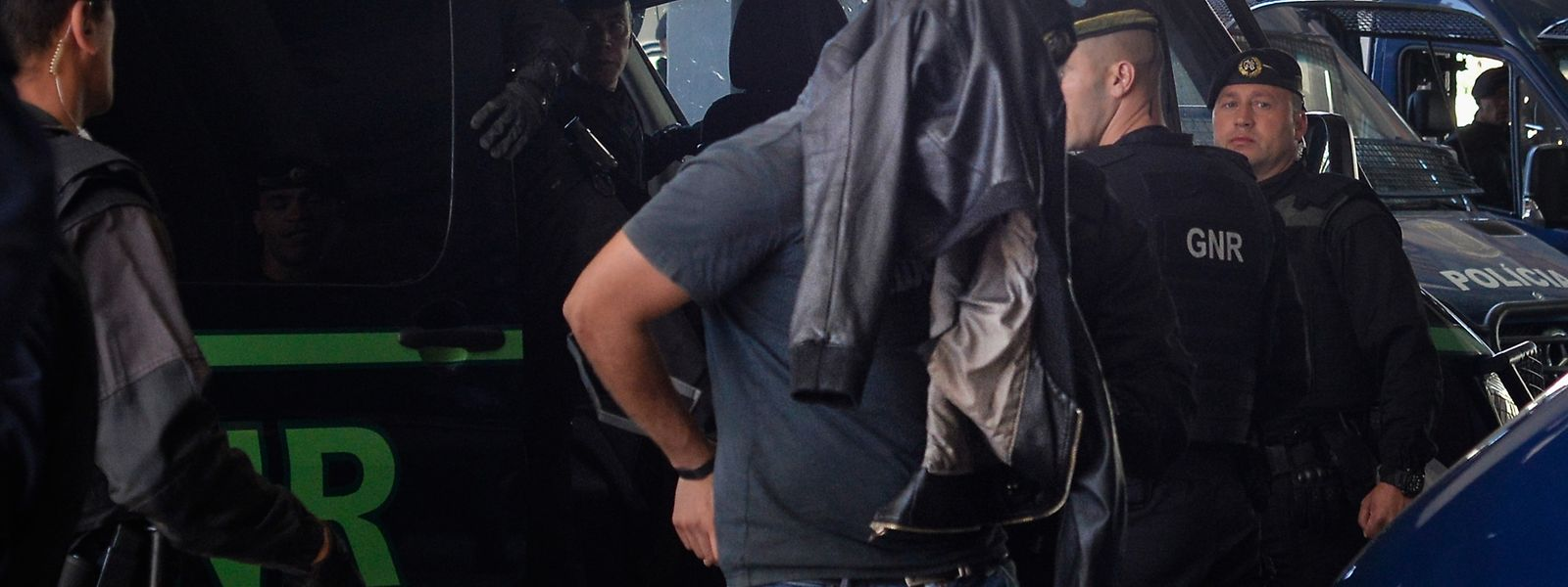 Um dos elementos detidos na terça-feira após os incidentes ocorridos na Academia de Alcochete, com agressões aos futebolistas do Sporting, à chegada ao Tribunal Criminal do Barreiro, onde começam hoje a ser ouvidos, no Barreiro, 16 de maio de 2018. Durante a tarde de terça-feira, cerca de 50 indivíduos, de cara tapada, alegadamente adeptos 'leoninos', invadiram a Academia de Alcochete e, depois de terem percorrido os relvados, chegaram ao balneário da equipa principal de futebol, agredindo vários jogadores, entre os quais Bas Dost, Acuña, Rui Patrício, William Carvalho, Battaglia e Misic e membros da equipa técnica. RUI MINDERICO/LUSA