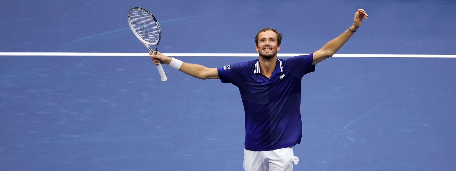 Daniil Medvedev lässt sich nach seinem ersten Sieg eines Grand-Slam-Turniers feiern.