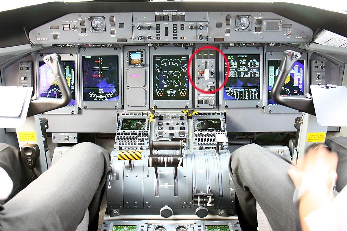 Blick ins Cockpit einer Q400. Der Fahrwerkshebel (roter Kreis) ist für Pilot und Copilot gut erreichbar.