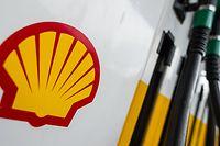 Das Shell-Logo klebt an einer Shell-Tankstelle an einer Zapfsäule.