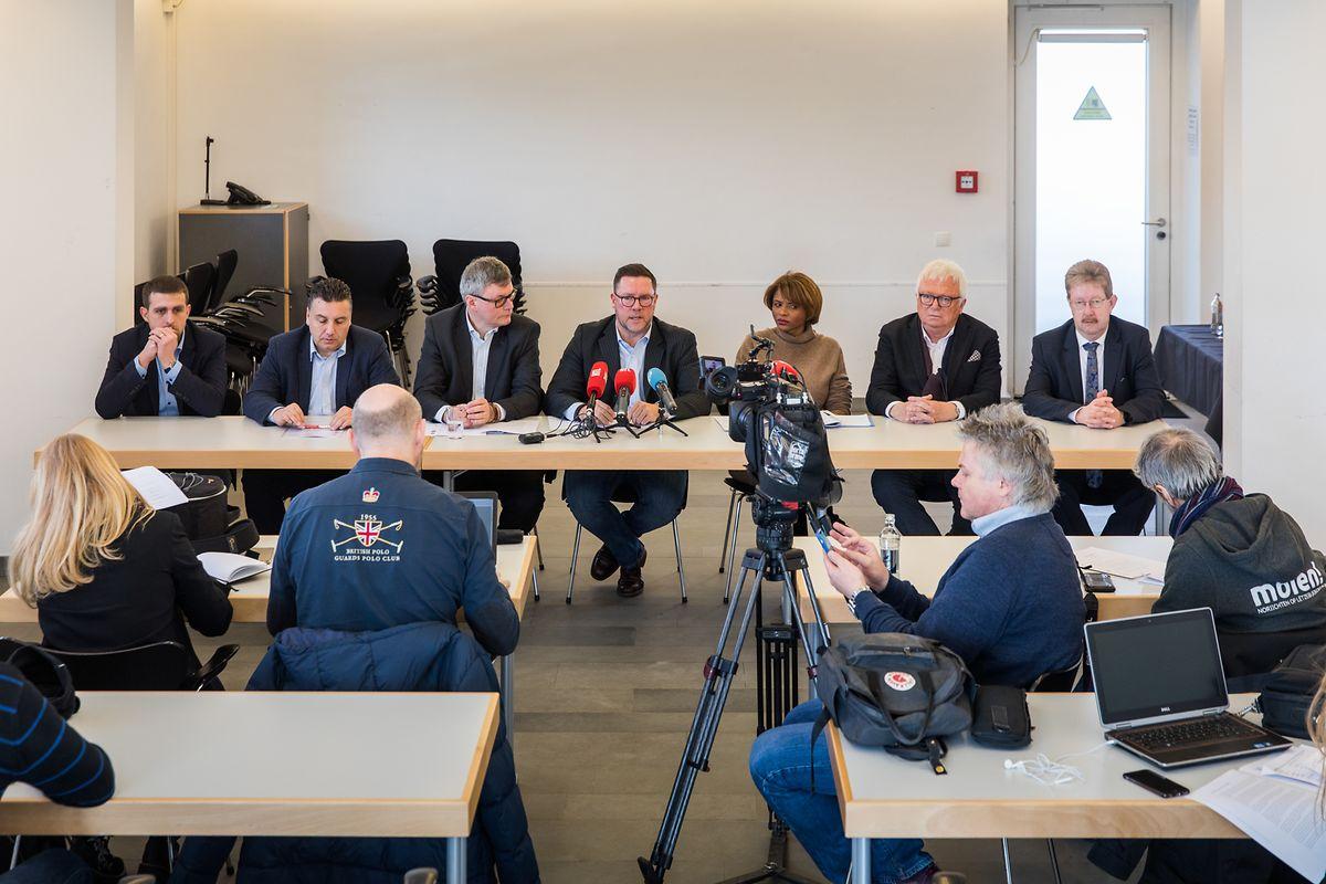 Ingesamt sieben Bürgermeister teilten der Presse ihr Anliegen mit: Christian Miny (Colmar-Berg), Jérôme Laurent (Mertert), Henri Haine (Rümelingen), Tom Jungen (Roeser), Natalie Silva (Fels), Carlo Schmit (Kopstal) und Romain Schroeder (Winseler) (v.l.n.r.)