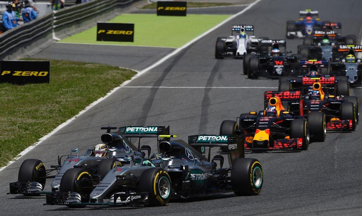 Der britische Formel-1-Pilot Lewis Hamilton (vorne links) und der deutsche Pilot Nico Rosberg (vorne rechts) kollidierten kurz nach dem Start beim Großen Preis von Spanien.