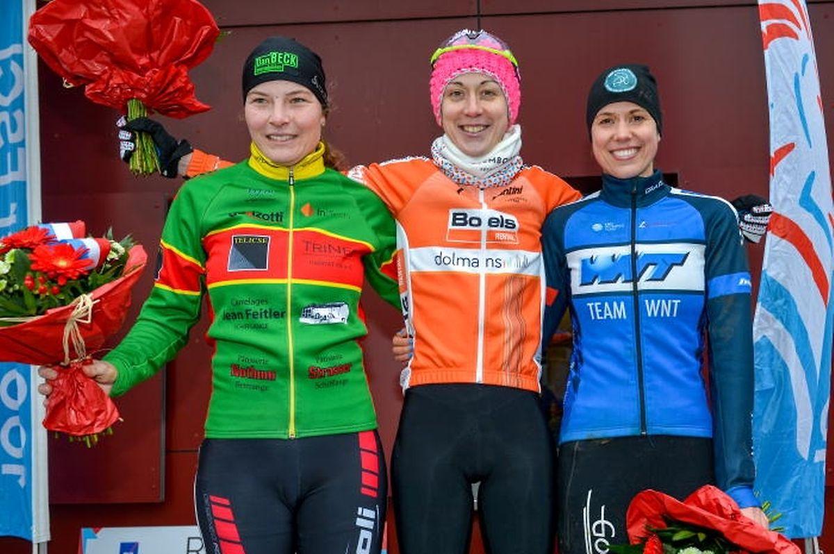 Le podium dames des Championnats nationaux 2018: Nathalie Lamborelle et Elise Maes entrourent la lauréate Christine Majerus. L'édition 2019 aura lieu le 13 janvier à Brouch.